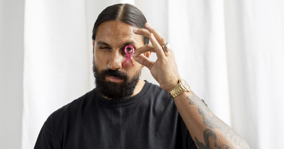 Ben Gorham Designar Årets Rosa Band Till Stilrent Armband