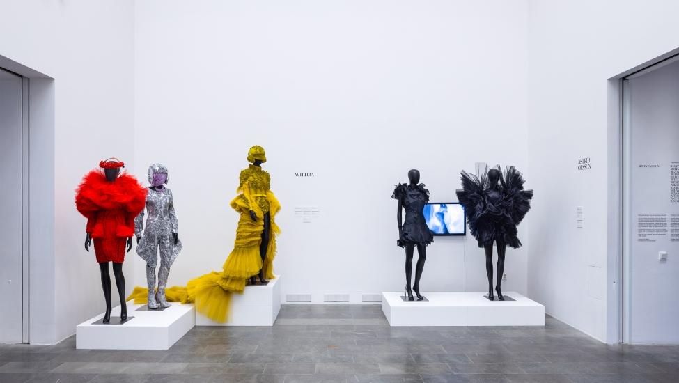 Mode och konst möts i utställning på Sven Harrys konstmuseum